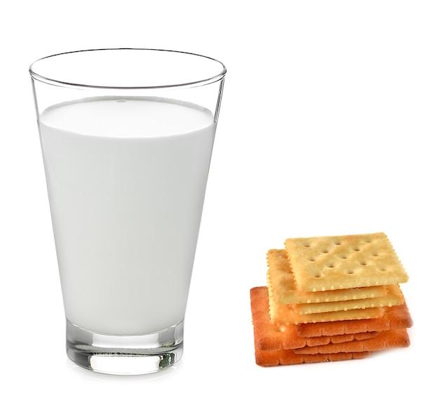 Leche, galletas, aislado en blanco.