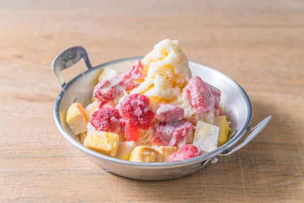 Leche de hielo afeitado con fresa y pan.