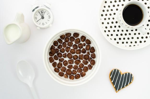 Leche matutina con cereales y café.