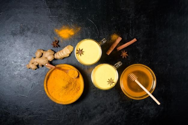 Leche de oro tradicional india con cúrcuma, jengibre, especias, miel.