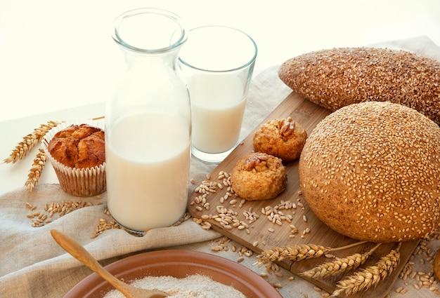 Leche, pan y un plato de salvado