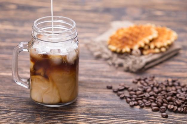 La leche se vierte en el café.