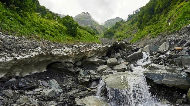 Lecho de piedra del río, verano en sochi, rusia
