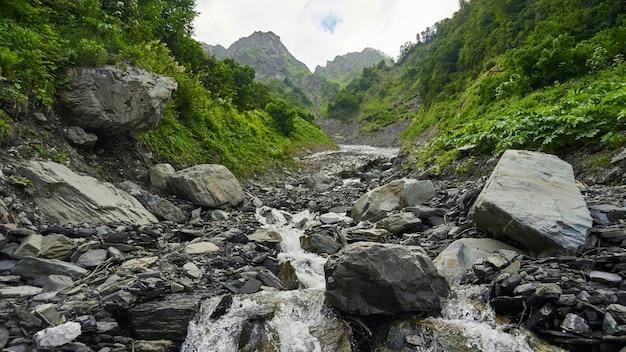 Lecho de piedra del río, verano en sochi