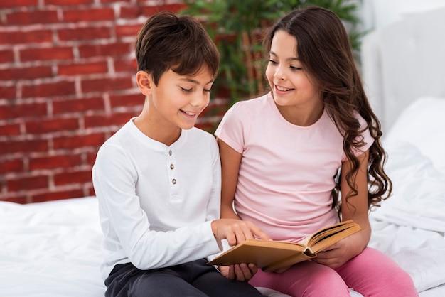 Lectura de hermanos lindos de alto ángulo