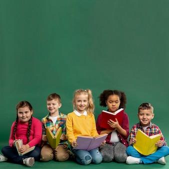 Lectura para niños en el espacio de copia