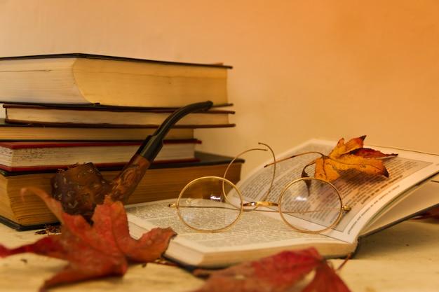 Lectura de otoño e invierno con gafas viejas y tabaco