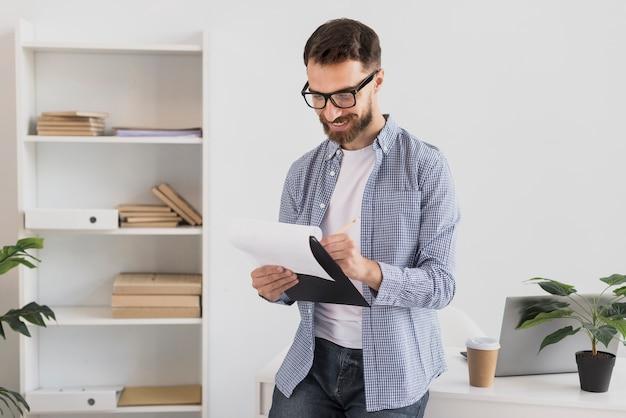 Lectura profesional del hombre trabajador