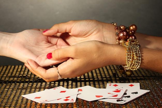 Leer las líneas de la mano en manos de una mujer en gris