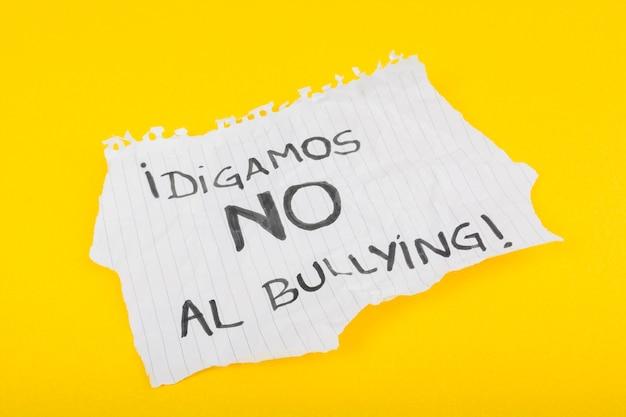 Lema español en la hoja de papel contra el bullying