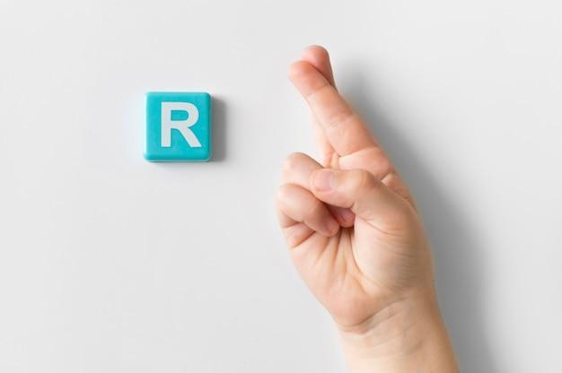 Lenguaje de señas mano mostrando la letra r