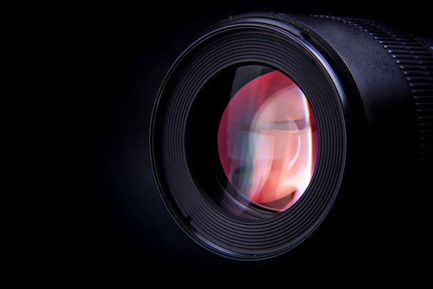 La lente de la cámara de un dispositivo fotográfico para capturar momentos especiales.