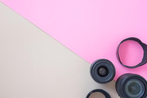 Lente de cámara profesional con anillos de extensión en doble fondo.