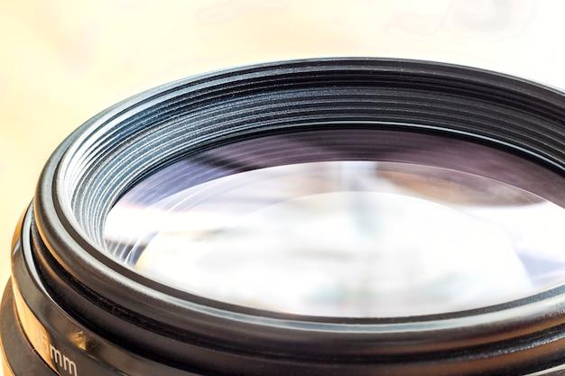Lente de cámara con reflejos de lente. primer plano de una lente fotográfica
