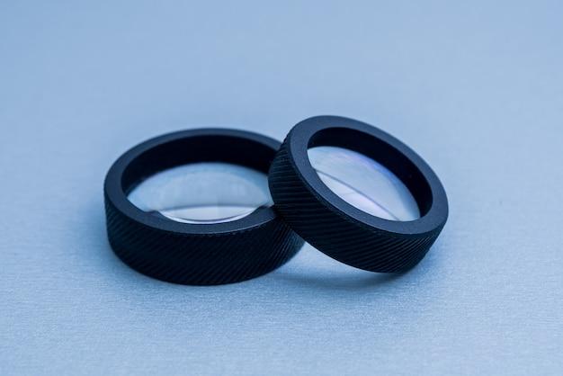Lente oftalmoscópica indirecta sobre la mesa gris.
