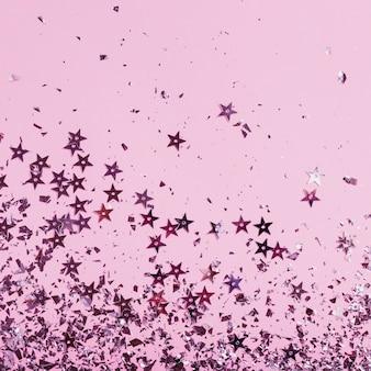 Lentejuelas violetas estrellas con espacio de copia