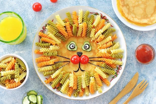 León lindo de panqueques, pasta y verduras