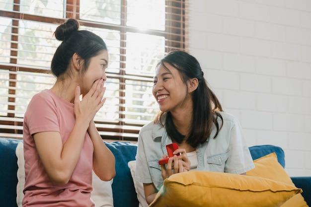 Lesbianas asiáticas lgbtq mujeres pareja proponen en casa