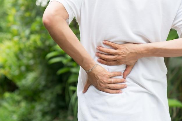 Lesión deportiva, hombre con dolor de espalda