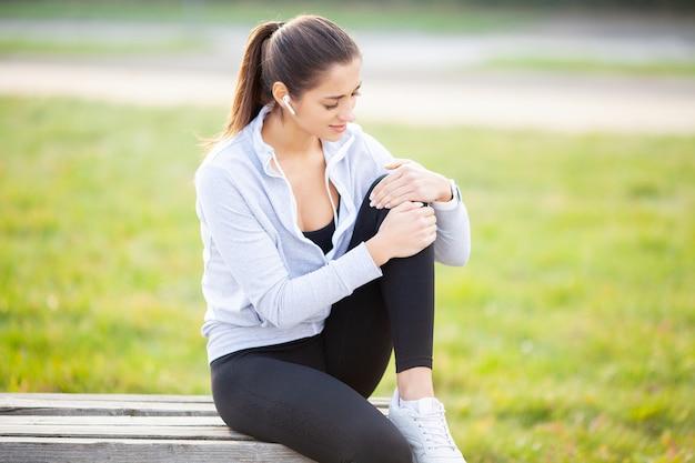 Lesión en la pierna, mujer que sufre de dolor en la pierna después del entrenamiento