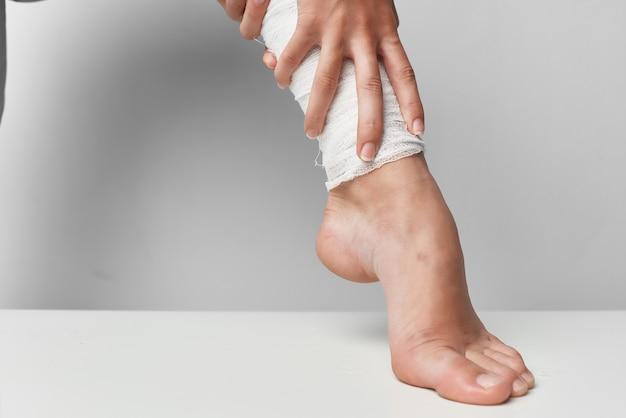 Lesión en la pierna vendada closeup problemas de salud