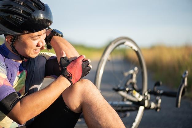 Lesiones en bicicleta. hombre ciclista se cayó de la bicicleta de carretera mientras iba en bicicleta. accidente de bicicleta