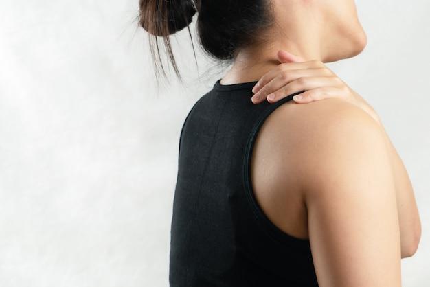 Lesiones de dolor de cuello y hombro de mujeres jóvenes, concepto de salud y médico