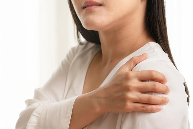 Lesiones de dolor de cuello y hombro de mujeres jóvenes, salud y concepto médico