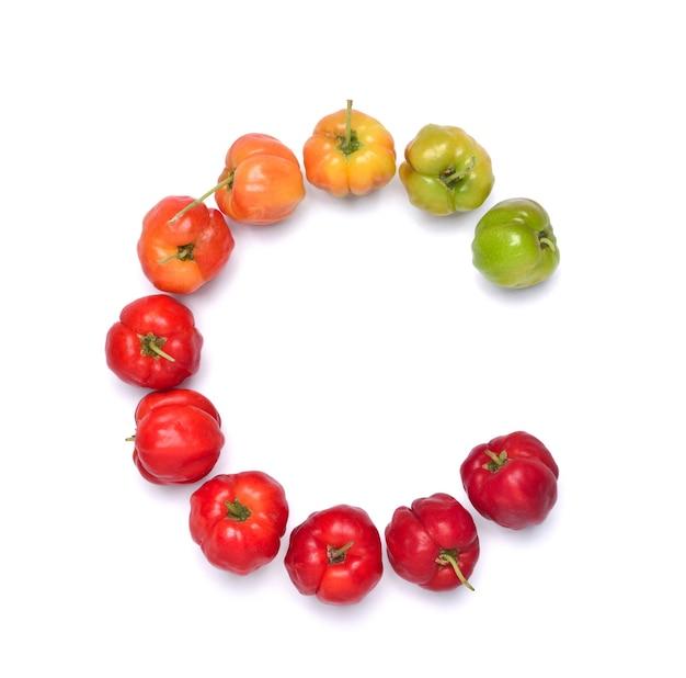 Letra c, fuente colorida de frutos de cereza acerola en blanco