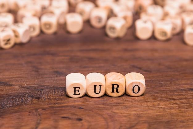 Letra euro hecha de cubos de madera.