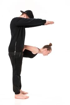 La letra f formada por cuerpos de gimnasta.