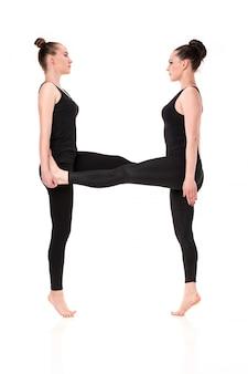 La letra h formada por cuerpos de gimnasta.