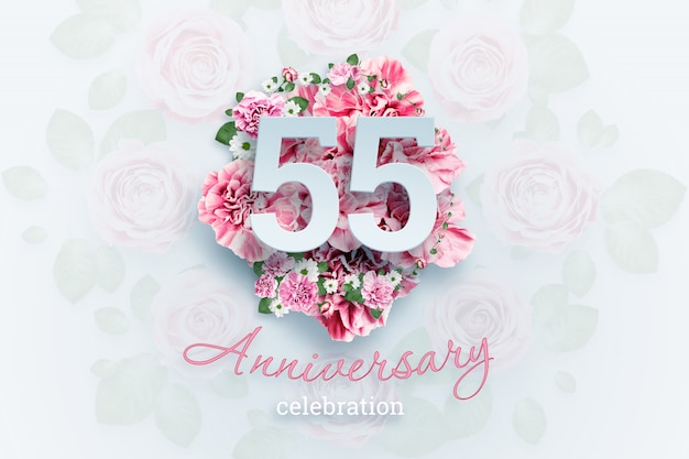 Letras 55 números y texto de celebración de aniversario en flores rosadas.