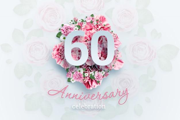 Letras 60 números y texto de celebración de aniversario en flores rosadas.