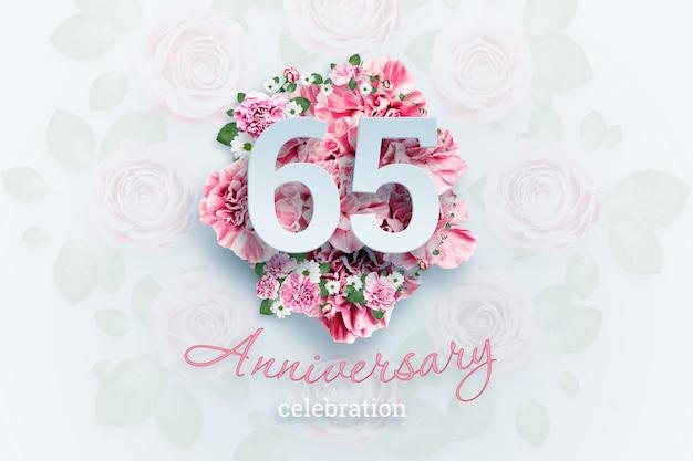 Letras 65 números y texto de celebración de aniversario en flores rosadas.