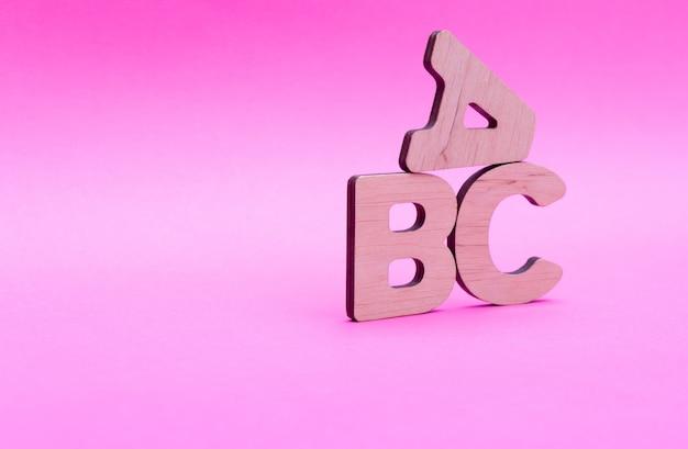 Letras abc sobre fondo rosa