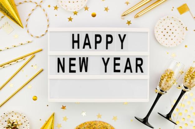 Letras de año nuevo con accesorios dorados.