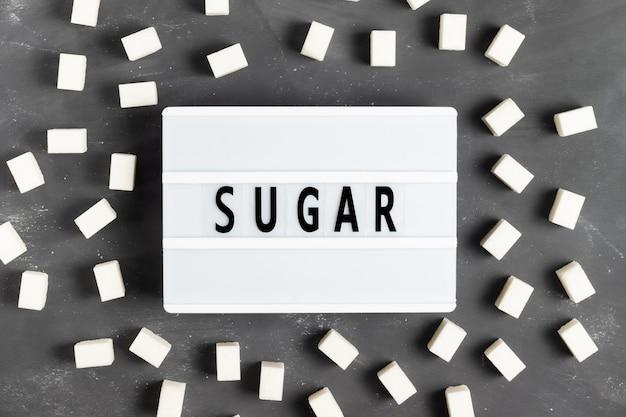 Letras de azúcar en una pizarra blanca sobre un fondo gris para el día mundial de la diabetes