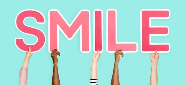Letras de color rosa formando la palabra sonrisa