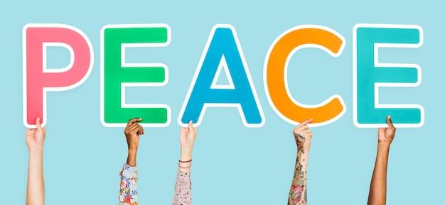 Letras de colores formando la palabra paz