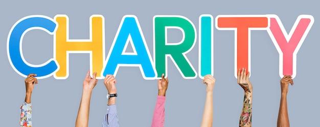 Letras coloridas formando la palabra caridad.