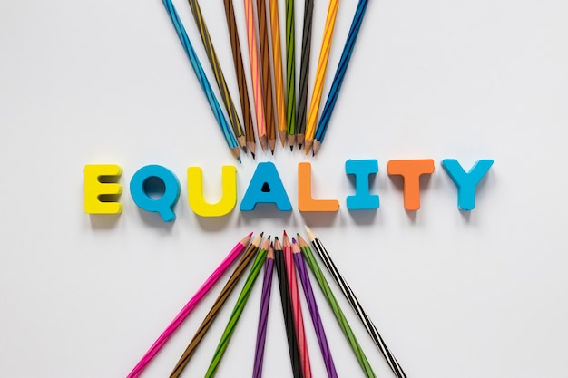 Letras coloridas de la igualdad con lápices