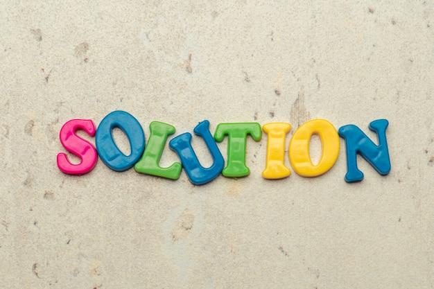 Letras coloridas en la palabra solución de primer plano