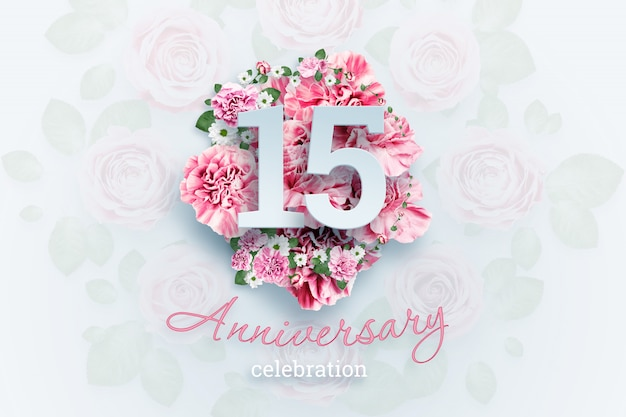 Letras creativas 15 números y texto de celebración de aniversario en flores rosadas, evento de celebración, plantilla, folleto