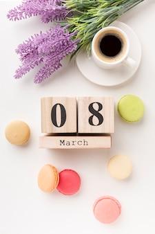 Letras del día de la mujer con taza de café