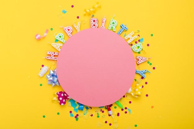 Letras de feliz cumpleaños alrededor de círculo rosa