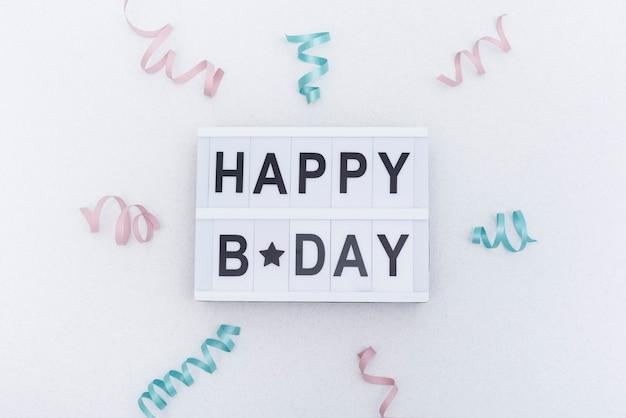 Letras de feliz cumpleaños decoradas con cintas.