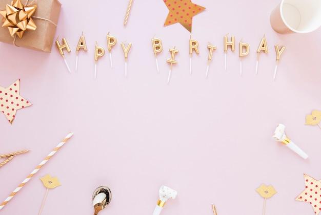 Letras de feliz cumpleaños sobre fondo rosa
