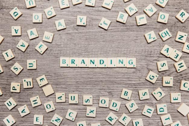 Letras formando la palabra branding