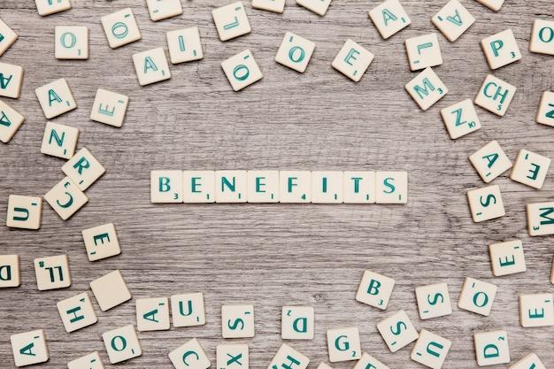 Letras formando la palabra benefits